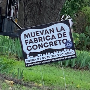 Spanish version of concrete batch plant protest sign in Garland